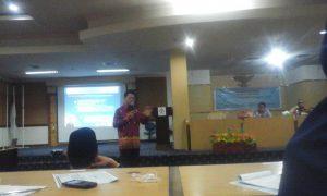 Herman Dody saat membawakan materi dalam seminar di ruang rapat senat Rektorat lantai 4 UIN Alauddin Makassar. Rabu (24/05/2016).