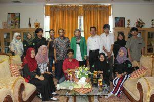 Foto bersama alumni dan pengurus UKM LIMA dengan Wakil Rektor bidang kemahasiswaan dan alumni dalam pertemuan membahas pengembangan lembaga. Senin (30/05/2016) | Muhaimin