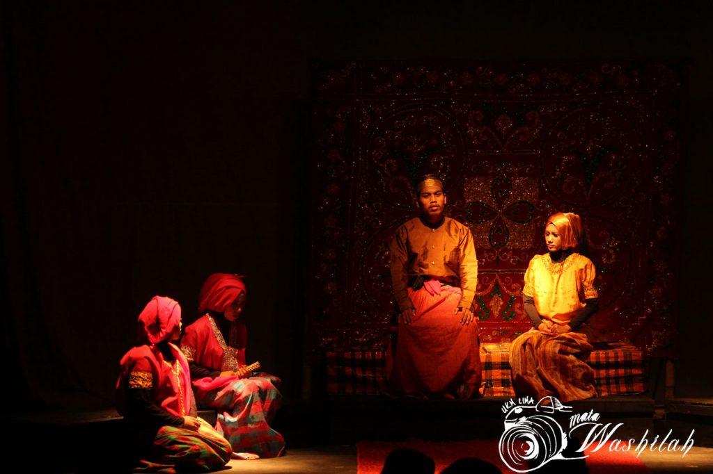 Empat anggota UKM SB eSA menampilkan teater I Mangkawani, Uleng Lolo Labuede pada Eksibisi Eksibanat XIX di Pusat Kegiatan Mahasiswa (PKM). Kamis (26/05/2016). Sebanyak delapan cabang seni yang berpartisipasi dalam acara ini yakni Tilawah, Tari, Sastra, Rupa, Teater, Musik, Vocal, Cinema, dan Fotografi.