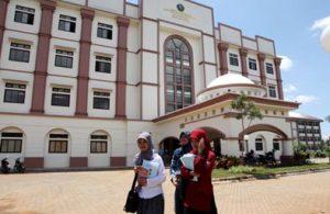 Sejumlah mahasiswa tampak melintas di depan Gedung Perpustakaan UIN Alauddin Makassar. Menyusul salah satu terobosan baru perpustakaan akan membuka bioskop baca demi peningkatan kunjungan.  Rabu (18/05/2016)