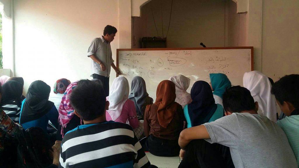 Syahril, kader pembina Forum Kajian Ekonomi Syariah (Forkeis) UIN Alauddin Makassar memberikan materi Aqidah kepada siswa Sekolah Menengah Kejuruan (SMK) N 1 Tinambung di Polewali Mandar, Sulbar. Kamis (16/06/2016). Kegiatan ini berlangsung selama enam hari, mulai Senin-Sabtu Juni 2016.
