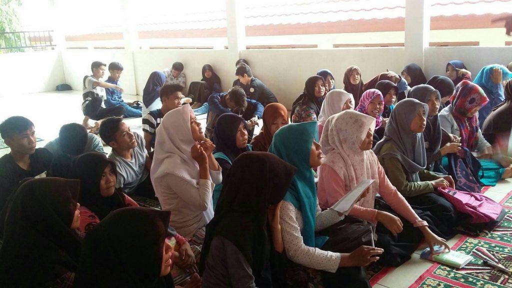 Siswa SMK N 1 Tinambung tengah memperhatikan materi yang diberikan oleh kader Forkeis di Polewali Mandar, Sulbar. Kamis (16/06/2016). Sebanyak 24 siswa yang ikut serta dalam kegiatan ini.