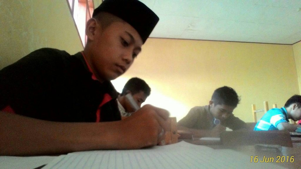 Seorang siswa SMK N 1 Tinambung sedang menulis materi pembagian zakat di Polewali Mandar, Sulbar. Kamis (16/06/2016). Materi yang diberikan yakni Aqidah Akhlak, Sejarah Peradaban Islam, Fiqhi Muamalah, Fiqhi Ibadah, Tajwid, Zakat, dan Fiqhi Tohara.