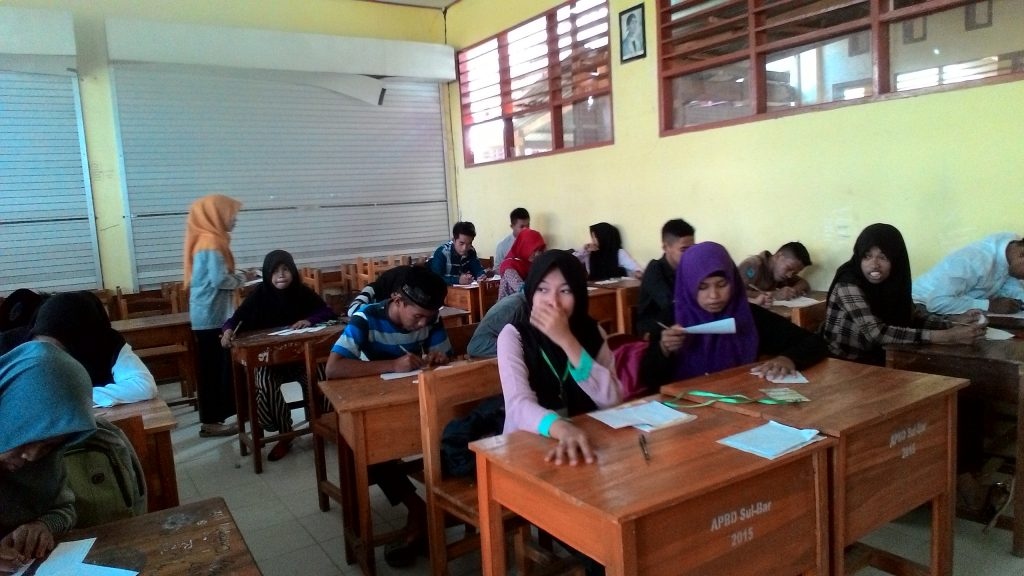 Evaluasi keseluruhan materi yang telah diberikan kader Forkeis kepada siswa SMK N 1 Tinambung di Polewali Mandar, Sulbar. Sabtu (18/06/2016).