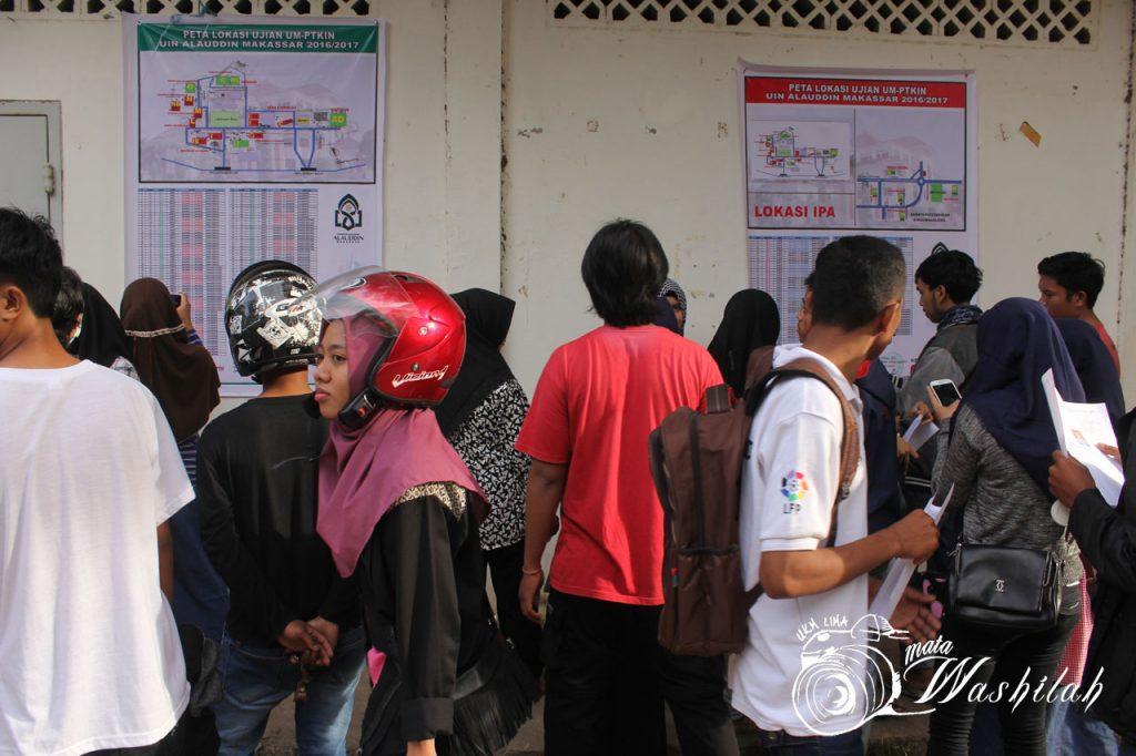 Sejumlah calon mahasiswa baru (camaba) sedang mencari lokasi ujian di peta lokasi Ujian Masuk Perguruan Tinggi Keagamaan Islam Negeri (UM-PTKIN) yang dipasang di dekat rektorat. Senin (13/06/2016).