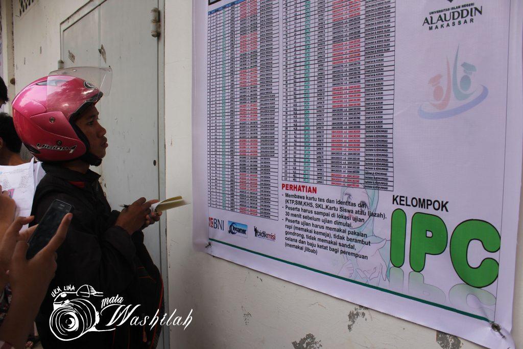 Seorang camaba mencari lokasi ujiannya di peta lokasi Ujian Masuk Perguruan Tinggi Keagamaan Islam Negeri (UM-PTKIN) kelompok Ilmu Pengetahuan Campuran (IPC) yang dipasang di dekat rektorat. Senin (13/06/2016).