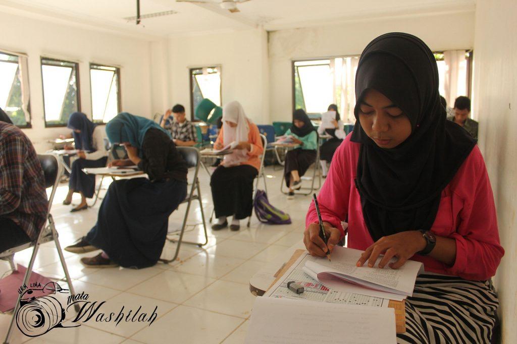Seorang peserta ujian sedang mengerjakan soal kelompok Ilmu Pengetahuan Alam (IPA) jalur Ujian Masuk Perguruan Tinggi Keagamaan Islam Negeri (UM-PTKIN) di Fakultas Tarbiyah & Keguruan. Selasa (14/06/2016). Sebanyak delapam tempat yang dijadikan lokasi ujian yakni Kampus I UIN Alauddin Makassar, Kampus II, MTs MAN Model, MTs Madani, Universitas Patria Artha, SD Romangpolong, SMPN 3 Sungguminasa, dan Pesantren Guffi.