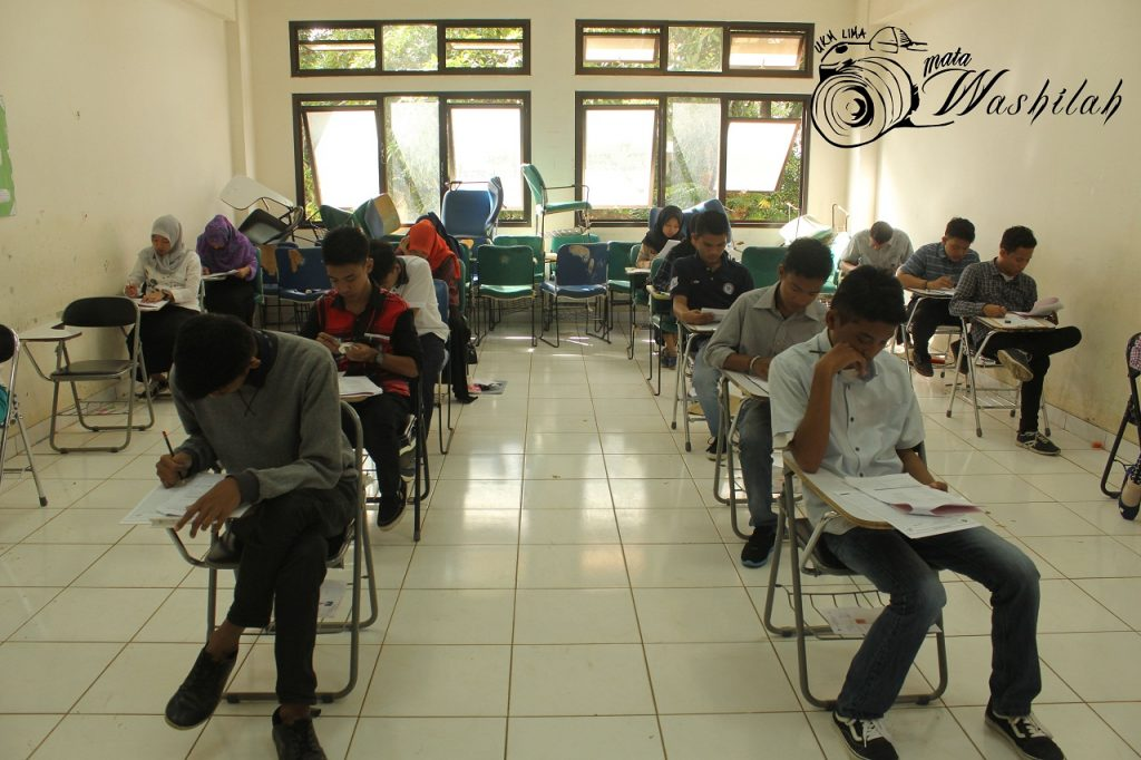 Sejumlah peserta ujian sedang mengikuti UM-PTKIN kelompok IPA di Fakultas Tarbiyah & Keguruan. Selasa (14/06/2016). Proses seleksi ini berlangsung selama dua hari yakni Selasa-Rabu 14 dan 15 Juni 2016.