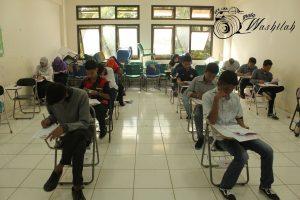 Sejumlah peserta ujian sedang mengikuti UM-PTKIN kelompok IPA di Fakultas Tarbiyah & Keguruan. Selasa (14/06/2016). Seleksi ini terpaksa harus terganggu setelah ditemukannya joki di FAH