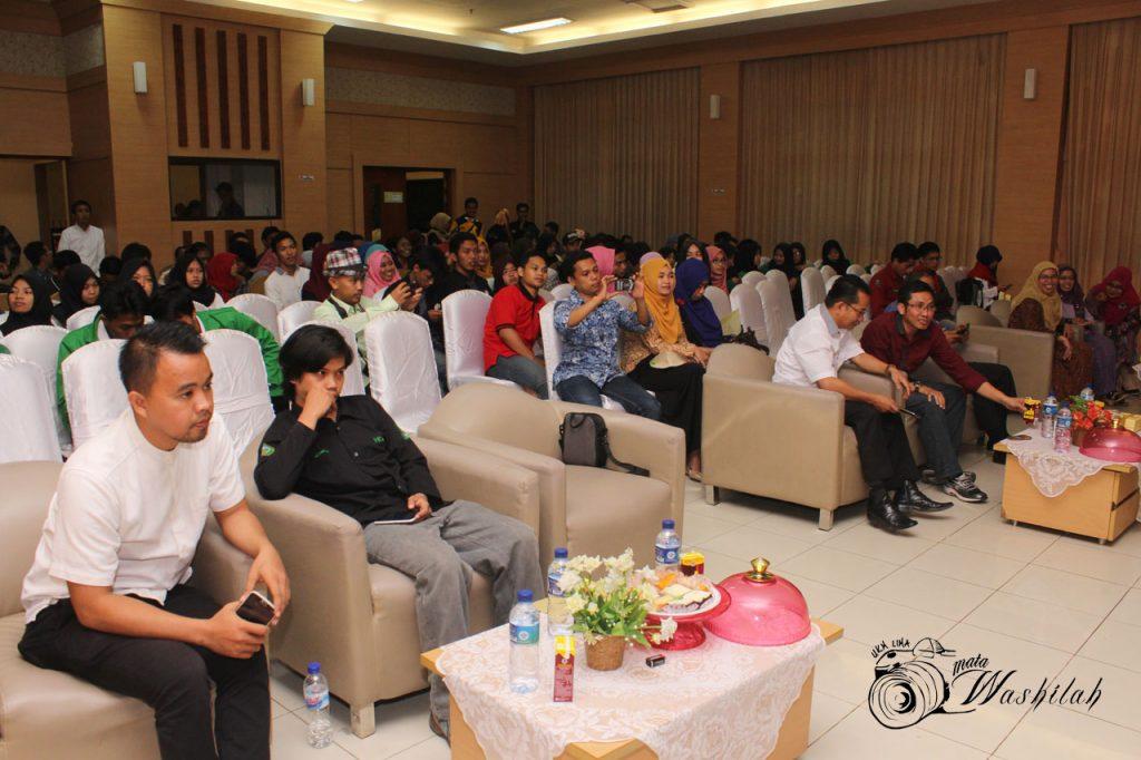 Tamu undangan sedang memperhatikan acara yang ditampilkan pada Milad 31 Tahun UKM LIMA di Training Center Kampus I UIN Alauddin Makassar. Kamis (03/06/2016).