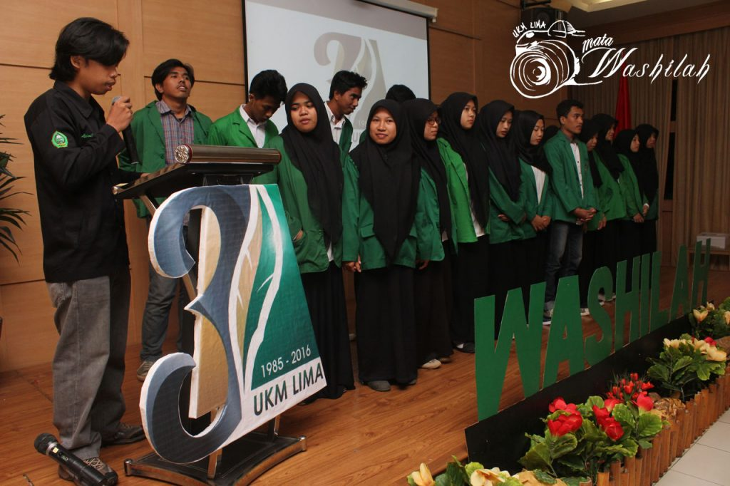 Pimpinan Umum UKM LIMA Asrullah mengukuhkan anggota baru pada Milad 31 Tahun UKM LIMA di Training Center Kampus I UIN Alauddin Makassar. Kamis (03/06/2016). Sebanyak 21 anggota yang dikukuhkan dari 43 anggota yang lulus In House Training Journalistic XV.