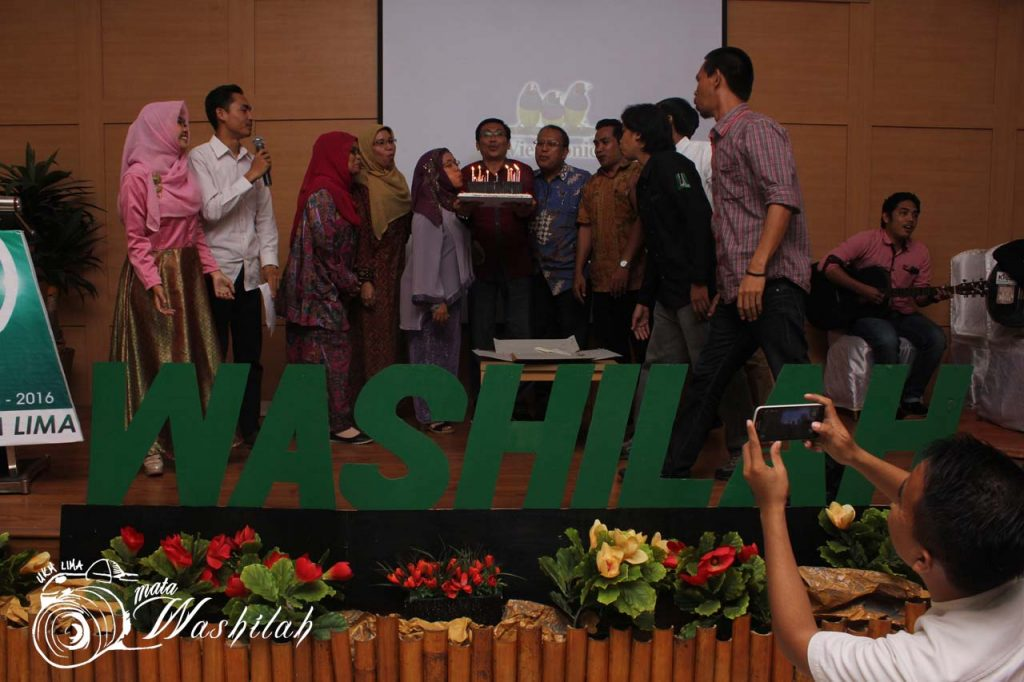 Wakil Rektor Bidang Kemahasiswaan & Alumni Prof Dr St Aisyah Kara MA (empat dari kiri), Pendiri UKM LIMA Waspada Santing (tujuh dari kiri), dan alumni UKM LIMA bersama-sama meniup lilin sebagai acara puncak pada Milad 31 Tahun UKM LIMA di Training Center Kampus I UIN Alauddin Makassar. Kamis (03/06/2016).