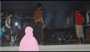 Sejumlah mahasiswa tampak berusaha memadamkan api yang kian membesar di lantai satu Gedung Pascasarjana. Diduga, kebakaran ini terjadi karena korslet kabel listrik. Kamis (16/06/2016)