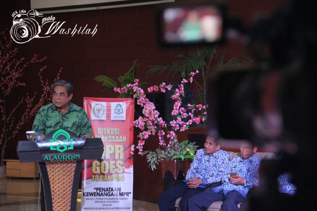 Wakil Ketua Badan Pengkajian MPR RI, H Tb Soenmandjaja memberikan sambutan sekaligus membuka diskusi ini di Auditorium. Senin, 18 Juli 2016. Anggota MPR lain yang ikut hadir dalam diskusi ini ialah anggota badan pengkajian MPR RI, Agustina Wilujeng Pramestuti, Anggota Badan Pengkajian MPR RI, Syamsul Bachri, dan Kepala Biro Pengkajian MPR RI, Yana Indrawan.