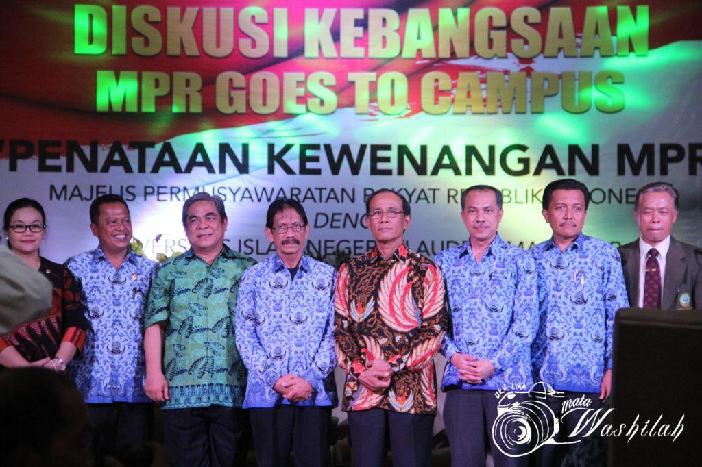 Foto bersama anggota badan pengkajian MPR RI, Agustina Wilujeng Pramestuti(pertama kiri), Wakil Ketua Badan Pengkajian MPR RI, H TB Soenmandjaja (tiga kiri), Rektur UIN Alauddin Makassar Prof Musafir Pabbabari (empat kiri), dan Anggota Badan Pengkajian MPR RI, Syamsul Bachri (empat kanan) di Auditorium. Senin 18 Juli 2016. Narasumber dari UIN Alauddin Makassar ialah Dr Marilang, SH M Hum, Dr Jumadi SH MH, Dr Kamaluddin Abu Nawas MA.