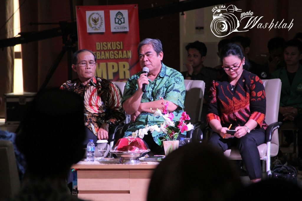 Wakil Ketua Badan Pengkajian MPR RI, H Tb Soenmandjaja menanggapi pernyataan narasumber dari UIN Alauddin Makassar di Auditorium. Senin, 18 Juli 2016.