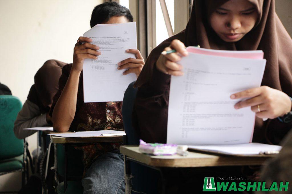 Seorang peserta ujian sedang membaca soal ujian pada jalur UMM di Kampus II UIN Alauddin Makassar. Selasa, 02 Agustus 2016. Sebanyak 7908 calon mahasiswa yang mengikuti ujin ini.