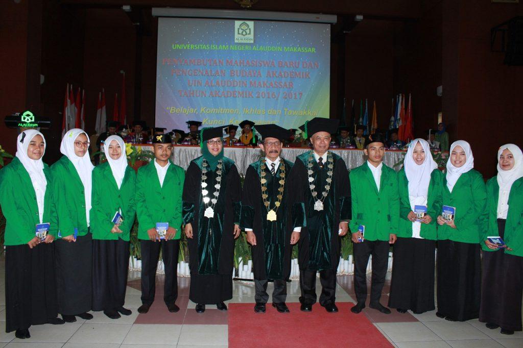 ektor UINAM Musafir didampingi pimpinan universitas berfoto bersama perwakilan maba yang telah menerima atribut universitas di Auditorium.Kamis, 01 September 2016.