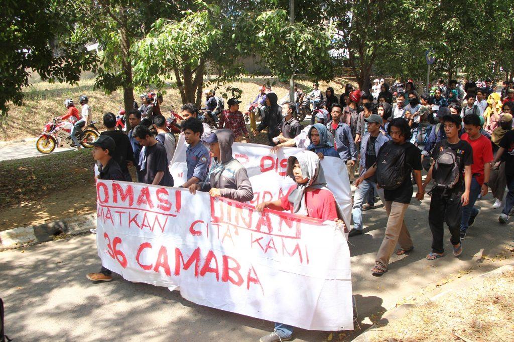 Puluhan mahasiswa dari seluruh fakultas UIN Alauddin Makassar (UINAM) berjalan menuju rektorat. Kamis, 08 September 2016.