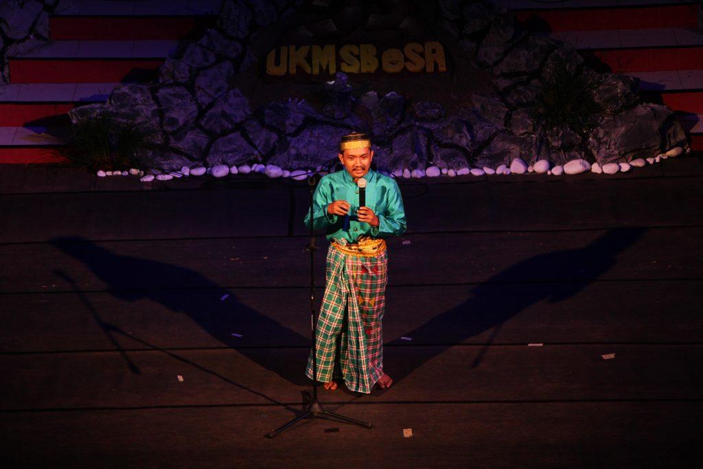 Ketua Umum Unit kegiatan Mahasiswa (UKM) Seni Budaya (SB) eSA Muh Kurniadi Asmi memberikan sambutan pada pementasan seni di gedung Pusat Kegiatan Mahasiswa (PKM). Sabtu, 19 November 2016. Acara ini digelar untuk merayakan milad ke 23 UKM Seni UIN Alauddin Makassar tersebut.