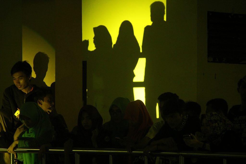Sejumlah penonton menyaksikan pementasan seni UKM SB eSA di gedung PKM. Sabtu, 19 November 2016. Banyaknya penonton membuat gedung yang memiliki tiga lantai ini penuh.