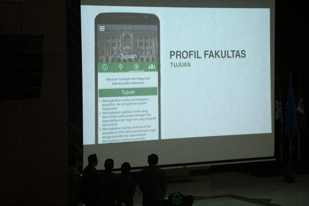 Musafir Pabbabari menyaksikan video Launching One Touch Data FTK di Auditorium. Senin, 21 November 2016. Aplikasi yang berbasis android ini nantinya akan menyasar progress perkembanga akademik mahasiswa FTK.