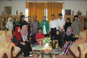 Pengurus UKM LIMA dan Forkami bersama WR Bidang Kemahasiswaan dan Alumni prof St Aisyah Kara saat foto bersama di Gedung Rektorat. Senin (30/05/2016)