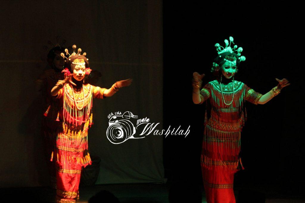 Sejumlah anggota UKM SB eSA menampilkan tarian Mallettu Kopi pada Eksibisi Eksibanat XIX di Pusat Kegiatan Mahasiswa (PKM). Kamis (26/05/2016).
