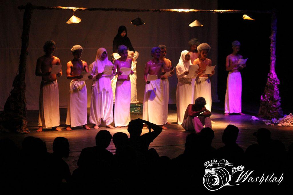 """Sejumlah penonton tengah memperhatikan pertunjukan pembacaan puisi """"Sampul Kehidupan"""" pada Eksibisi Eksibanat XIX Unit Kegiatan Mahasiswa (UKM) Seni Budaya (SB) eSA di Pusat Kegiatan Mahasiswa (PKM). Kamis (26/05/2016)."""