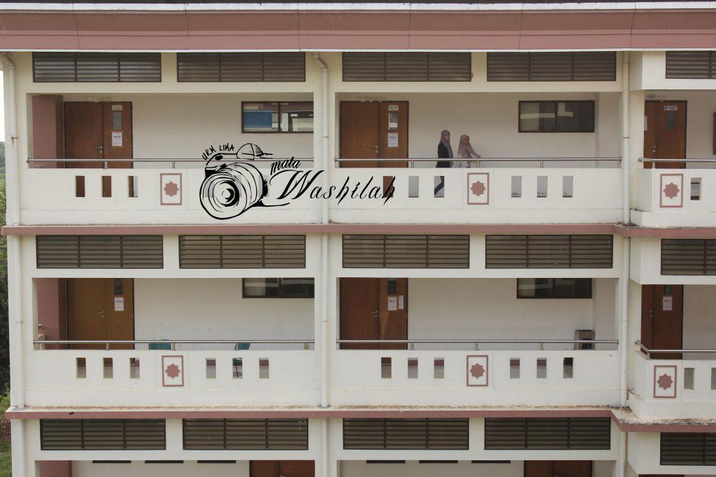 Dua orang mahasiswa sedang mencari ruangan ujian jalur Ujian Masuk Perguruan Tinggi Keagamaan Islam Negeri (UM-PTKIN) di Fakultas Tarbiyah & Keguruan. Senin (13/06/2016).