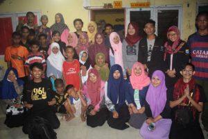 Foto bersama panitia dan anak yatim di Panti Asuhan Wahyu Ilahi. Senin (13/06/2016)