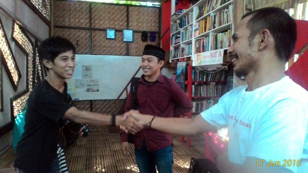 Kader Forkeis berkunjung ke rumah baca Pambussuang di Polewali Mandar, Sulbar. Jumat (17/06/2016). Selain berkunjung ke rumah baca ini, Forkeis juga berkunjung ke Masjid Imam Lapeo.