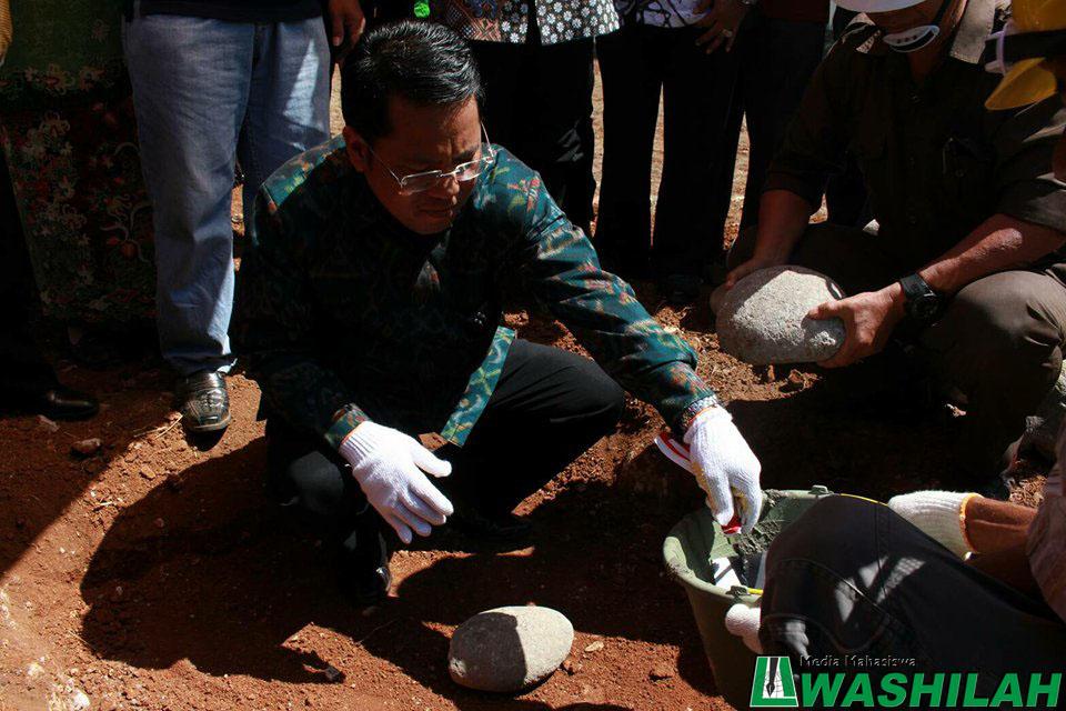 Dirjen Pendis Prof Dr Phill Kamaruddin Amin meletakkan batu pertama pada gedung kuliah terpadu di UIN Alauddin Makassar. Sabtu, 06 Agustus 2016.
