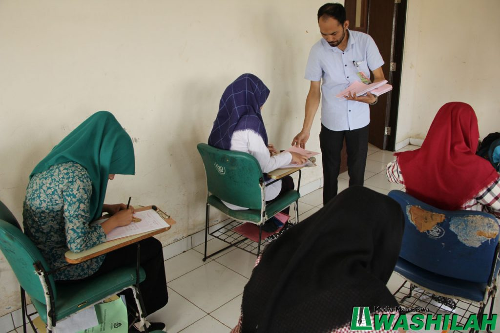 Pengawas membagi lembaran ujian pada jalur Ujian Masuk Mandiri (UMM) di Kampus II UIN Alauddin Makassar. Selasa, 02 Agustus 2016. Sebanyak delapan lokasi yang digunakan yakni Kampus I dan II UIN Alauddin Makassar, Pesantren Guffi, Patria Artha, SMPN 3 Sungguminasa, Pesantren Madani, SD Romang Polong, dan Universitas Muhammadiyah Makassar Iqra A dan B.